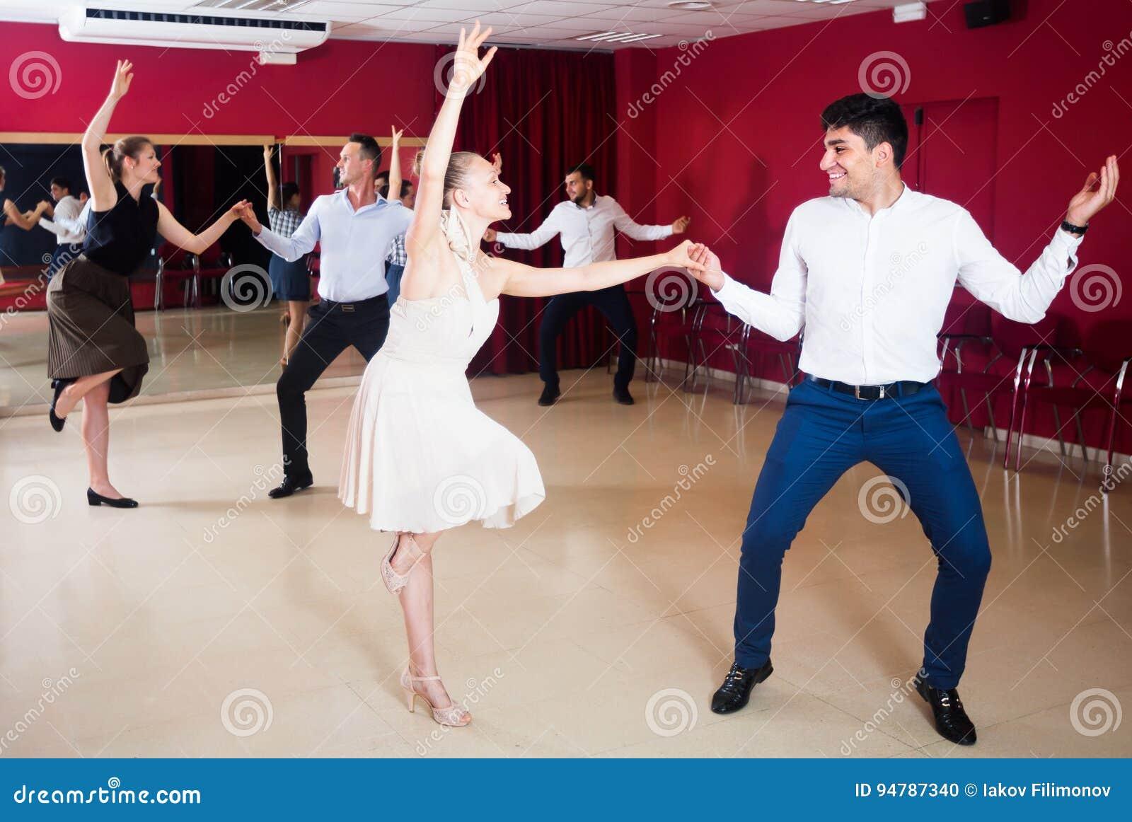 Personnes heureuses dansant l houblon lindy dans les paires