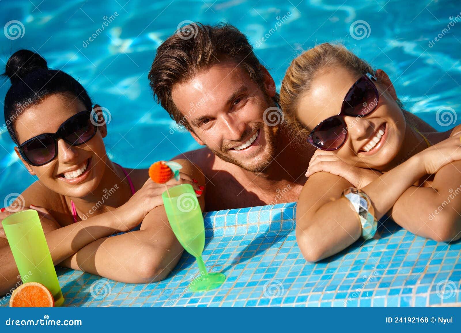 Personnes heureuses en vacances