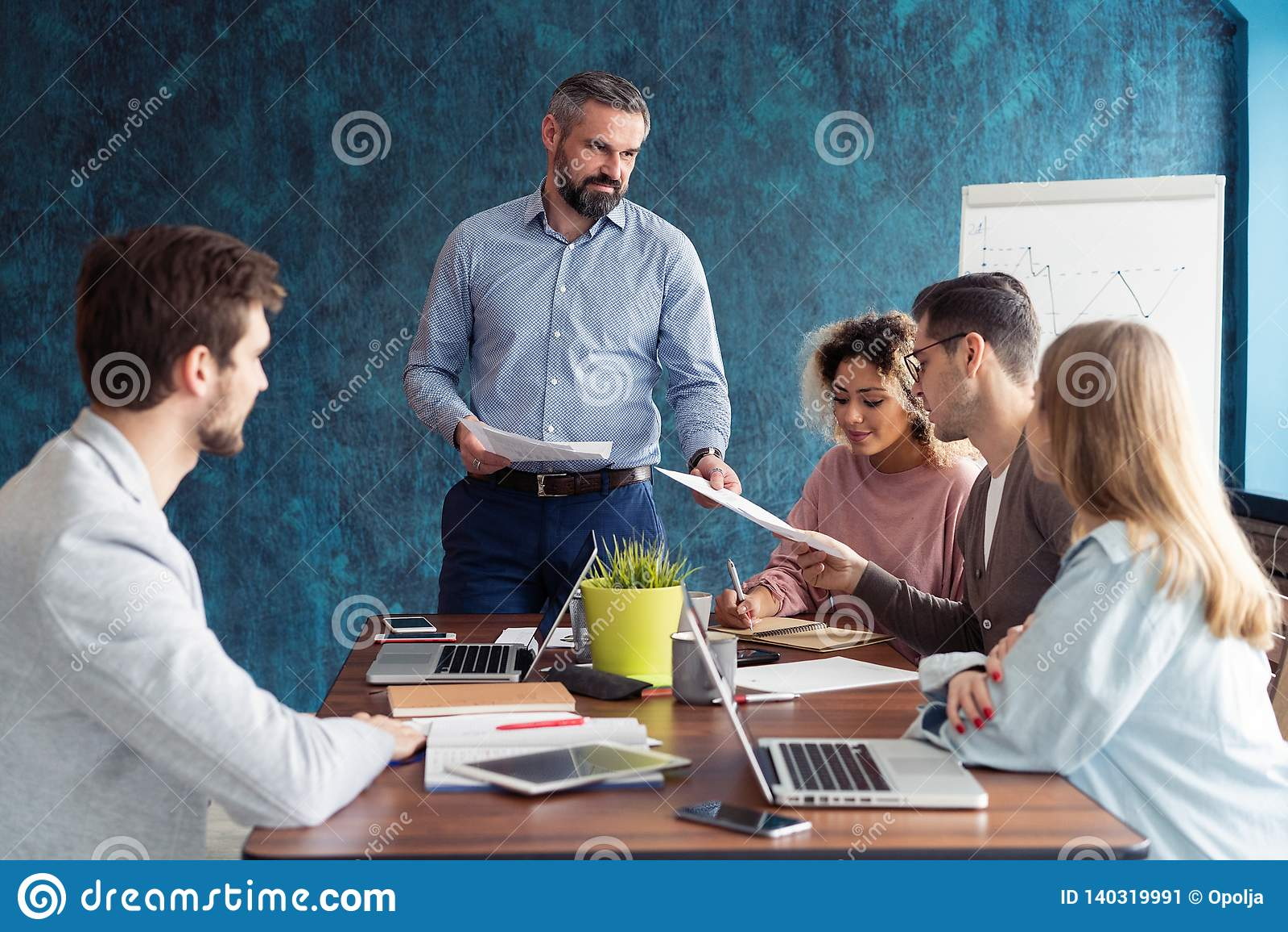 Personnes humaines de formation de gestionnaire de ressources au sujet de société et de perspectives d avenir Groupe d hommes d a