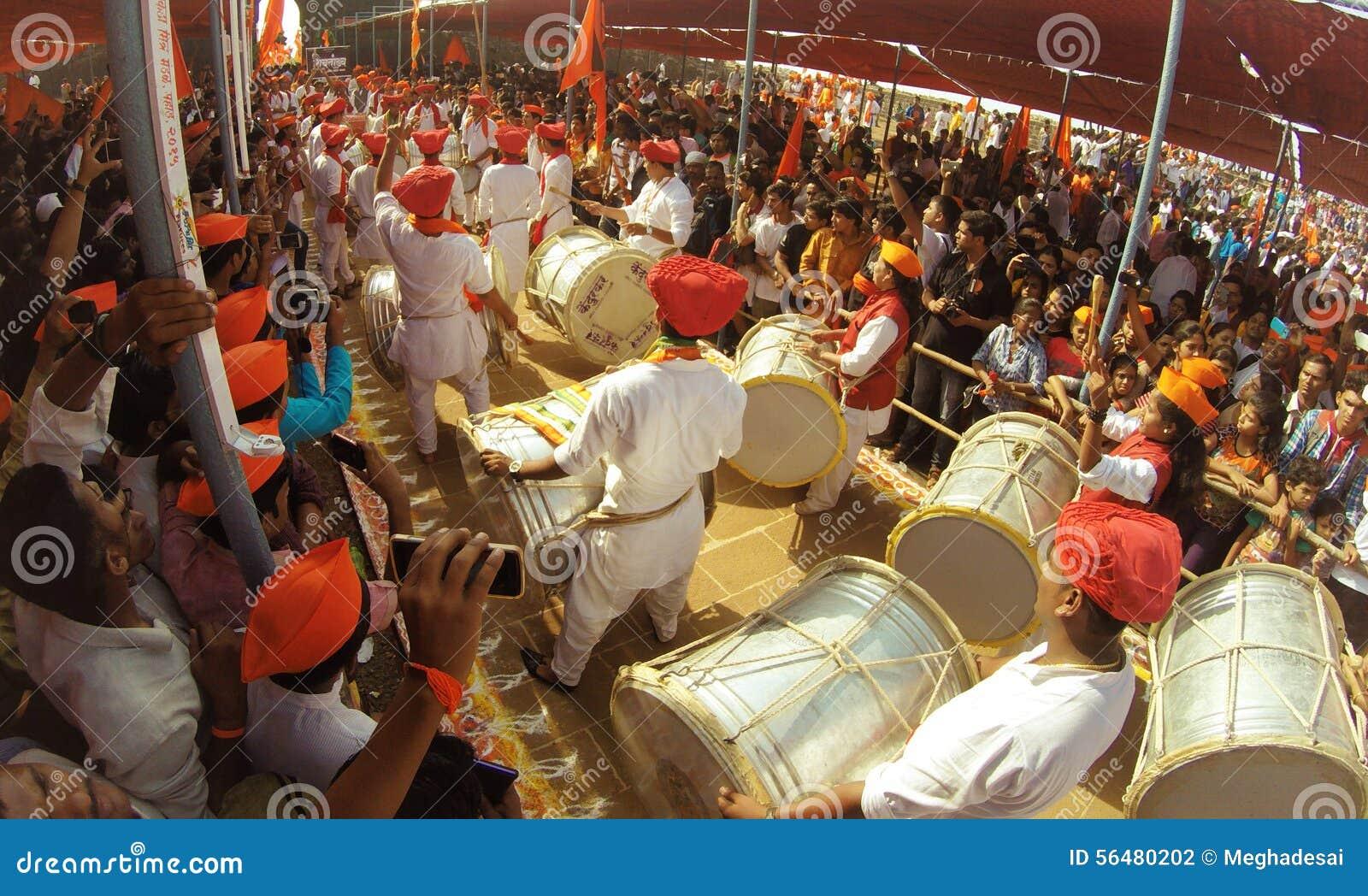 Personnes indiennes jouant des tambours et appréciant le festival