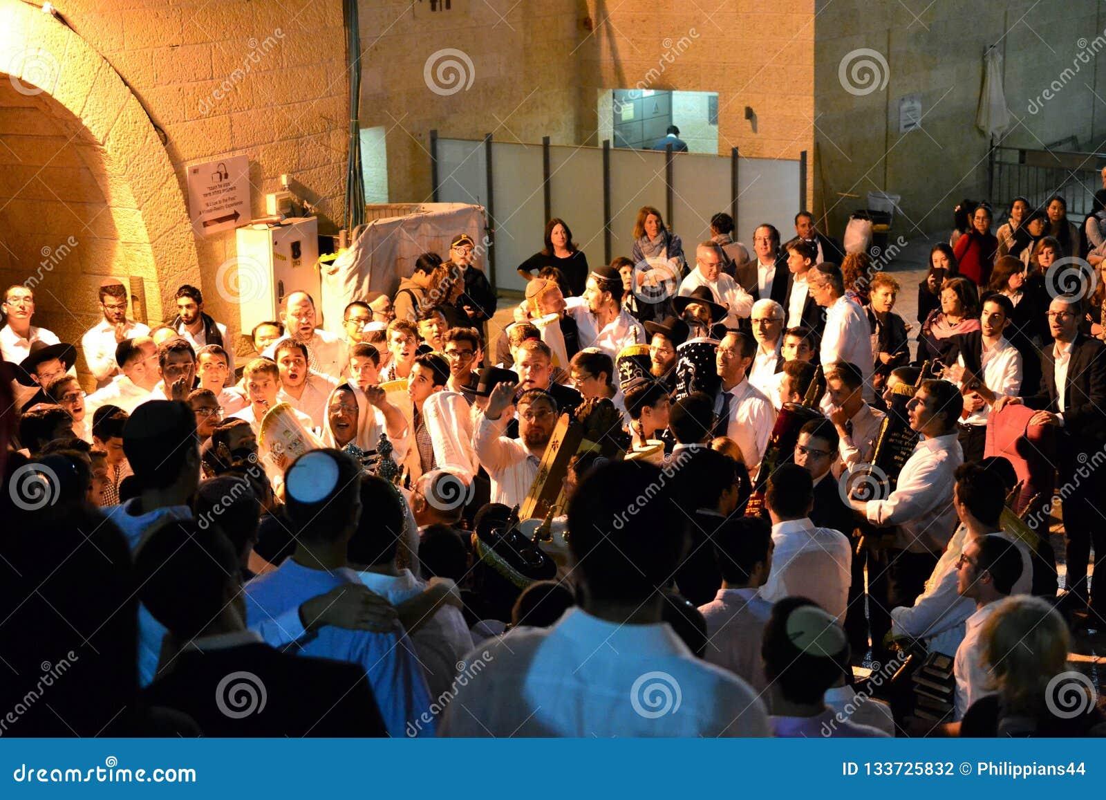 Personnes juives célébrant Simchat Torah au mur occidental le soir