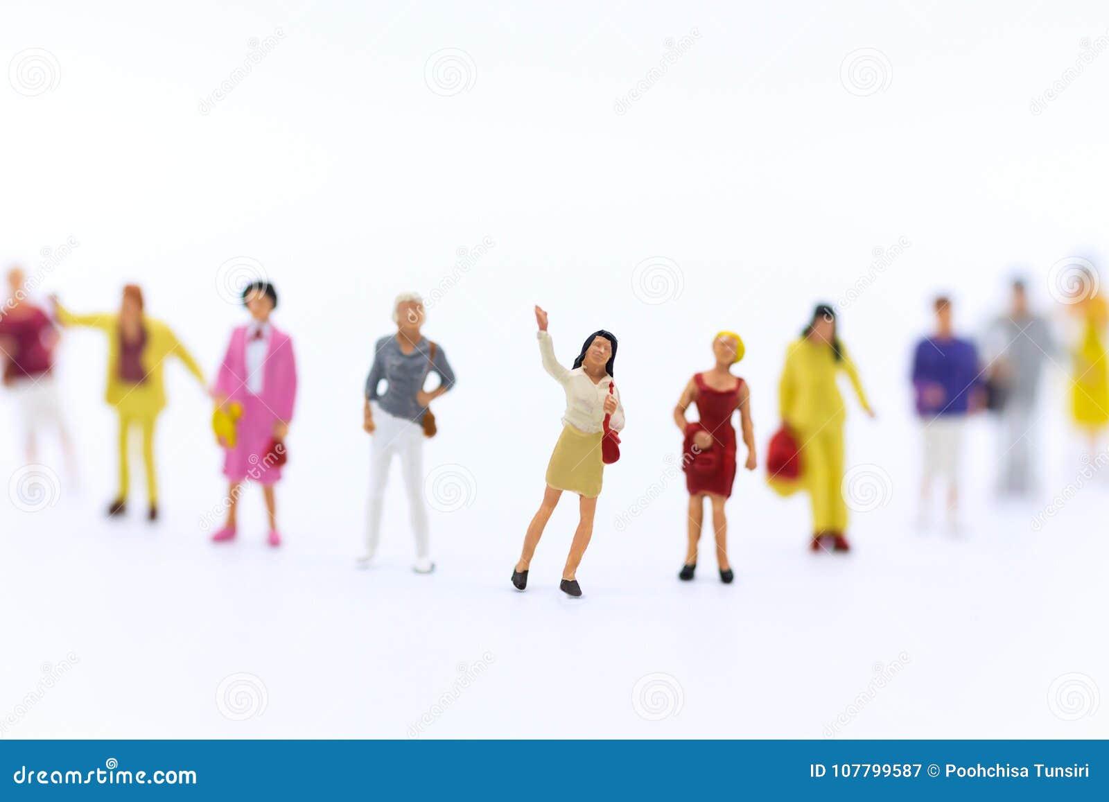 Personnes miniatures : Groupe de femmes se tenant ensemble, utilisé pour annoncer le jour international du ` s de travailleuses a