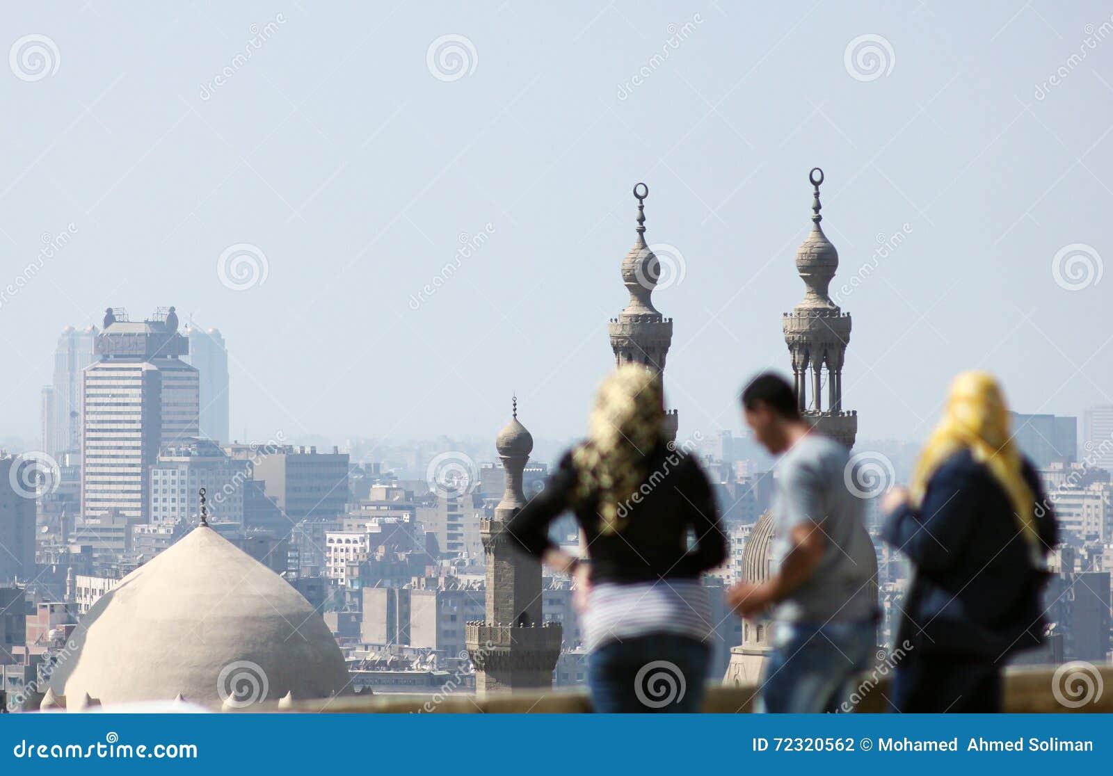 Personnes musulmanes arabes regardant le Caire islamique en Egypte