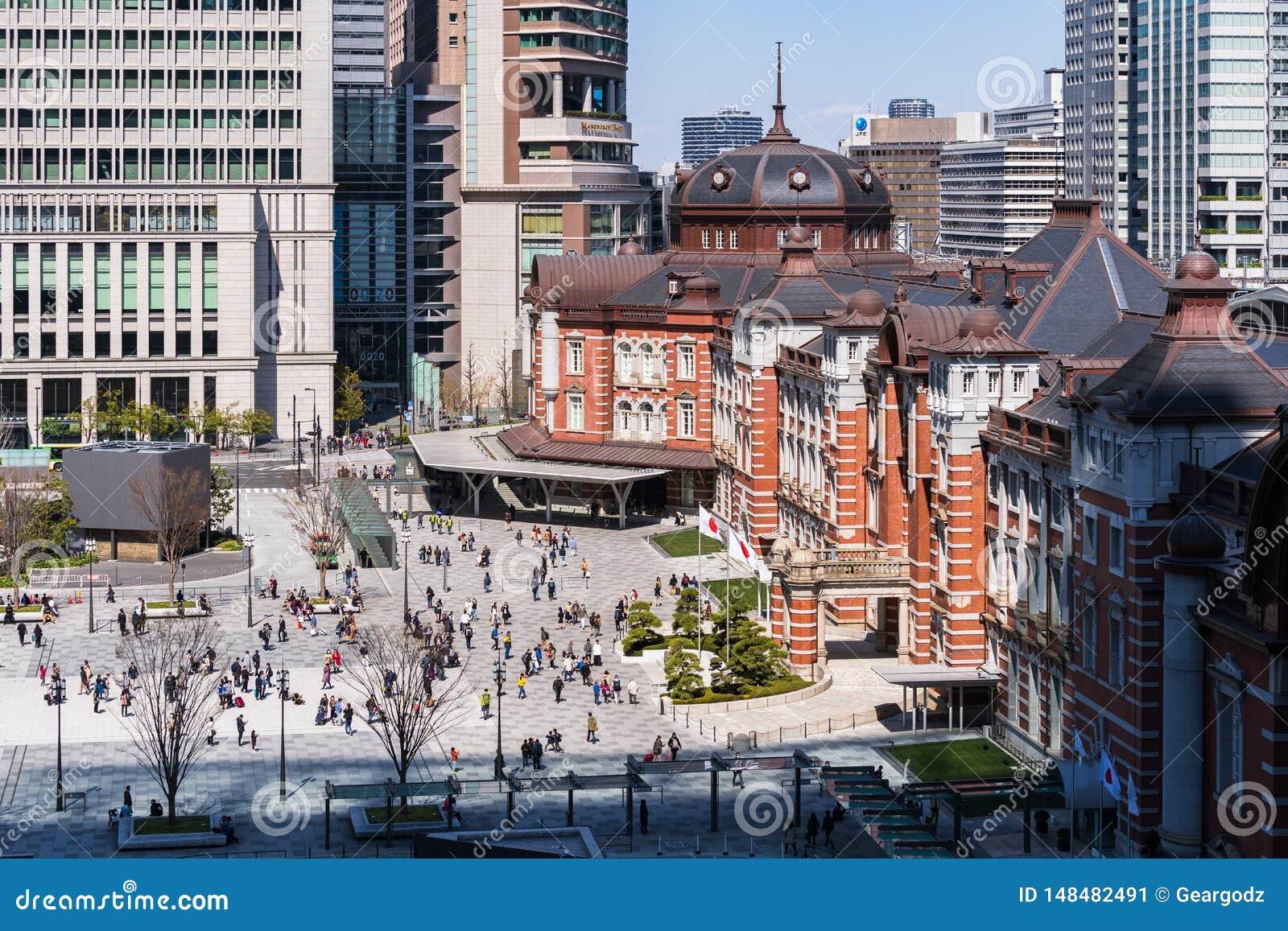 Personnes non identifi?es dans la plaza devant la station de Tokyo, Tokyo, Japon