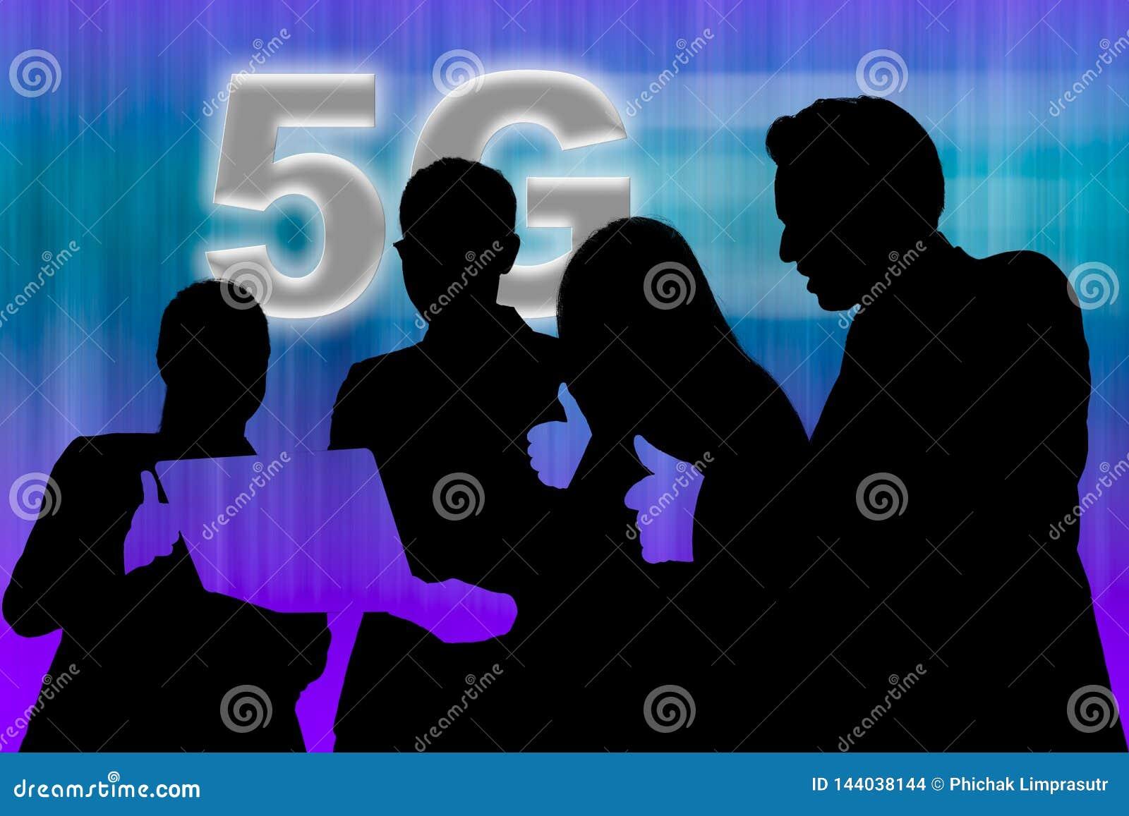 4 personnes regardant l ordinateur portable et soulevant le pouce pour le résultat du réseau 5G