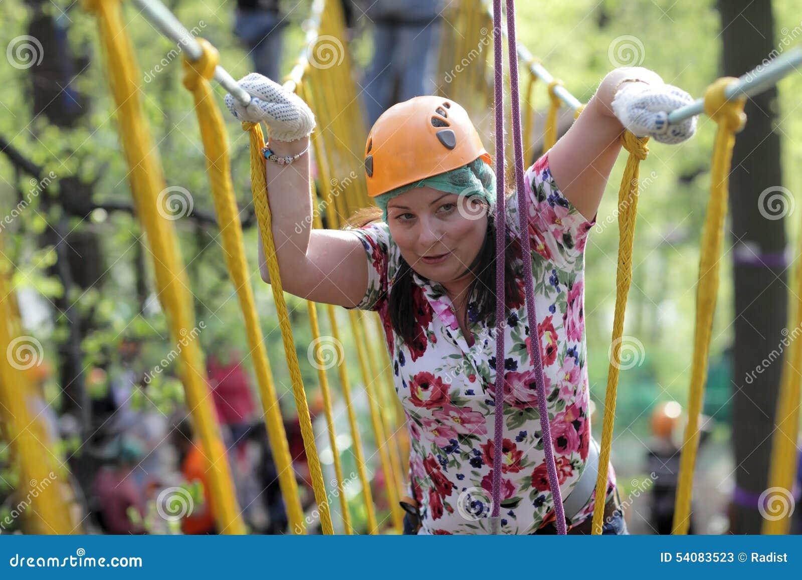 Persoon die kabel beklimmen