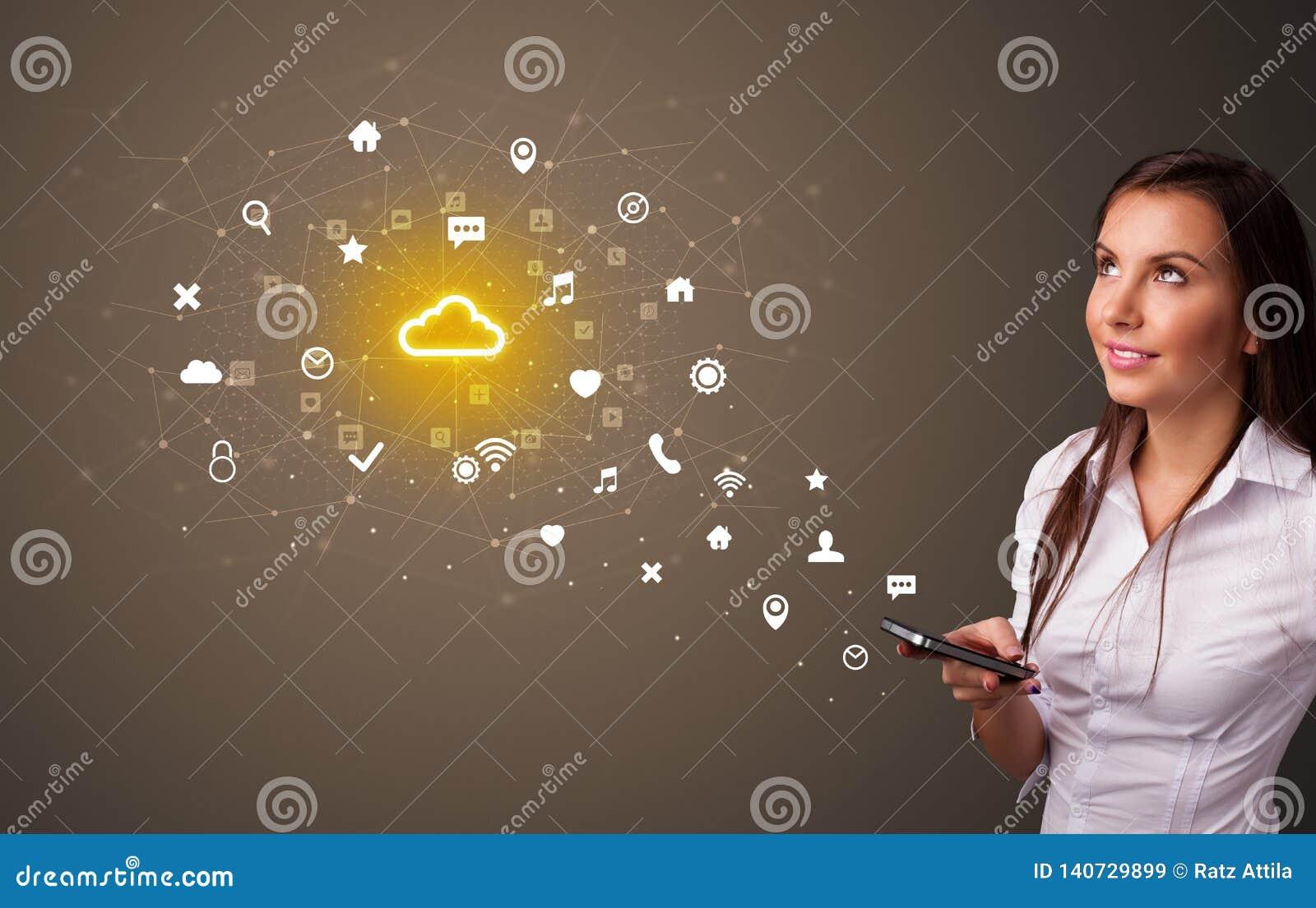 Persoon die telefoon met het concept van de wolkentechnologie met behulp van