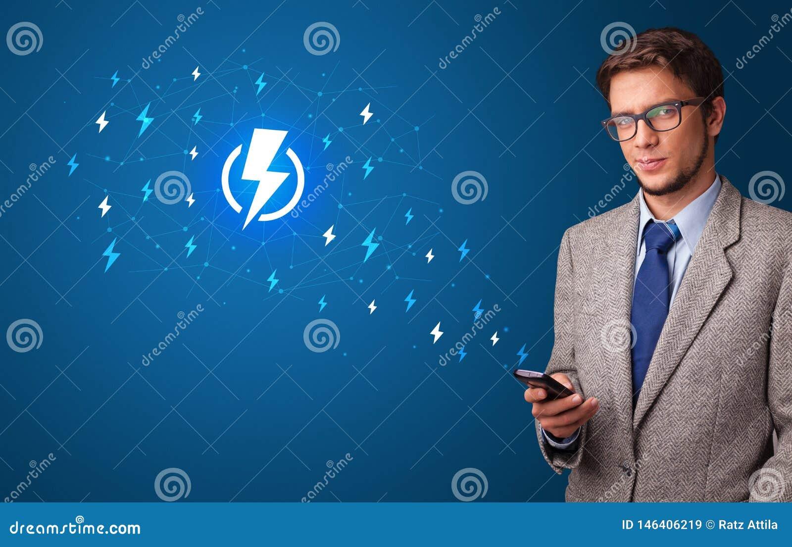 Persoon die telefoon met machtsconcept met behulp van