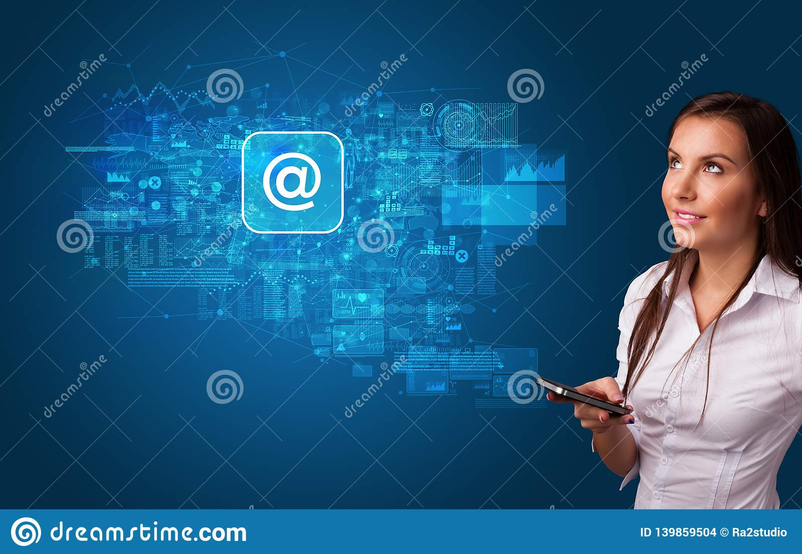 Persoon die telefoon met postconcept met behulp van
