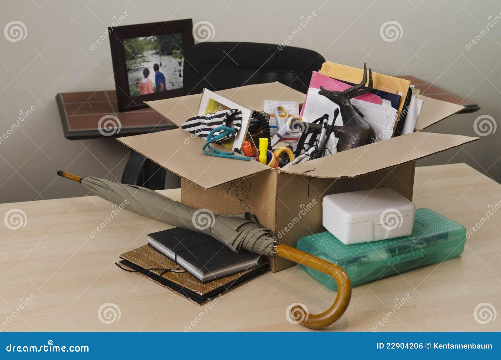 Persoonlijke bezittingen in karton op bureau