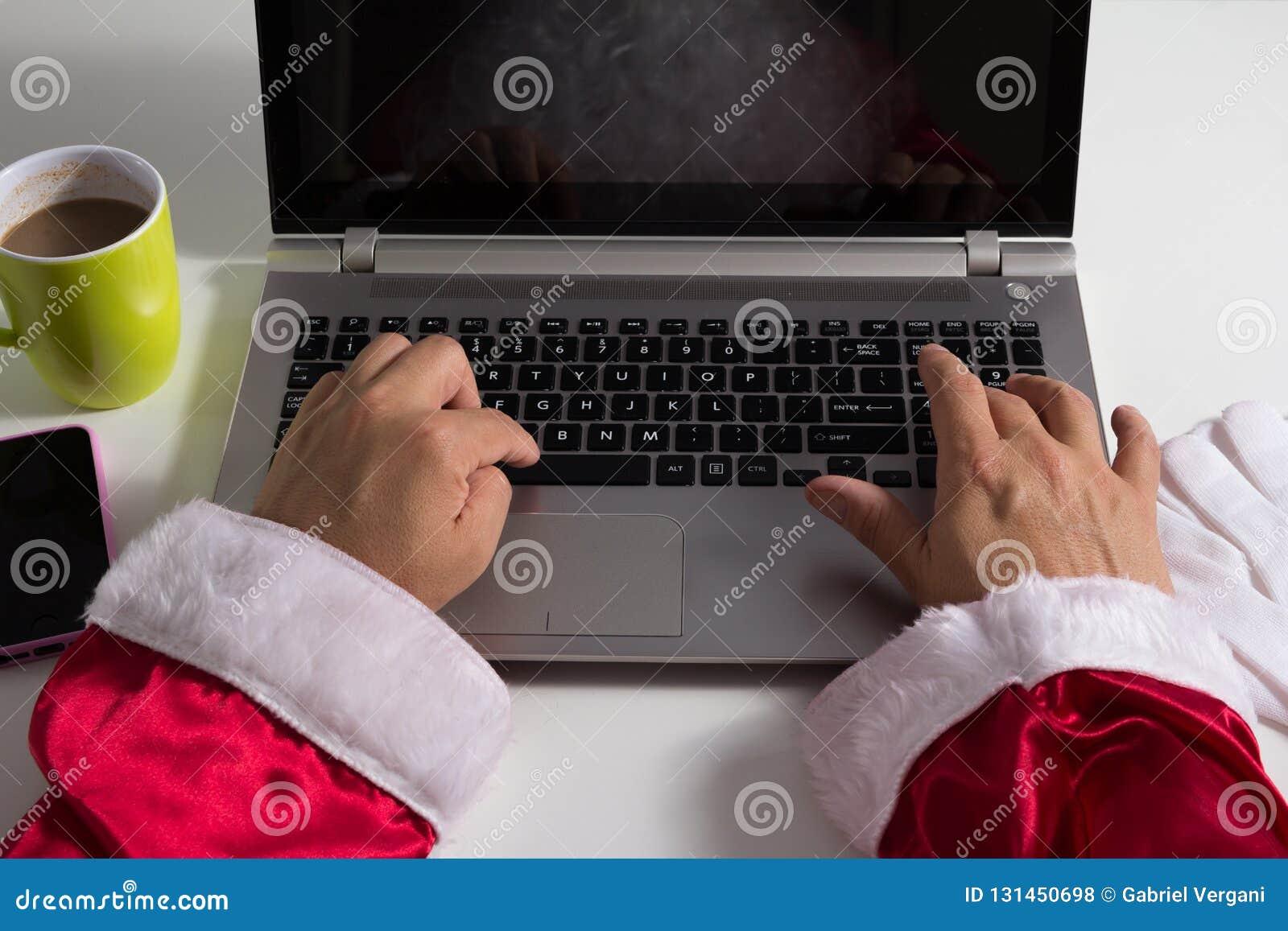Perspectief van Santa Claus Using-laptop voor mededeling en vrije tijd, typend in toetsenbord, die online winkelen