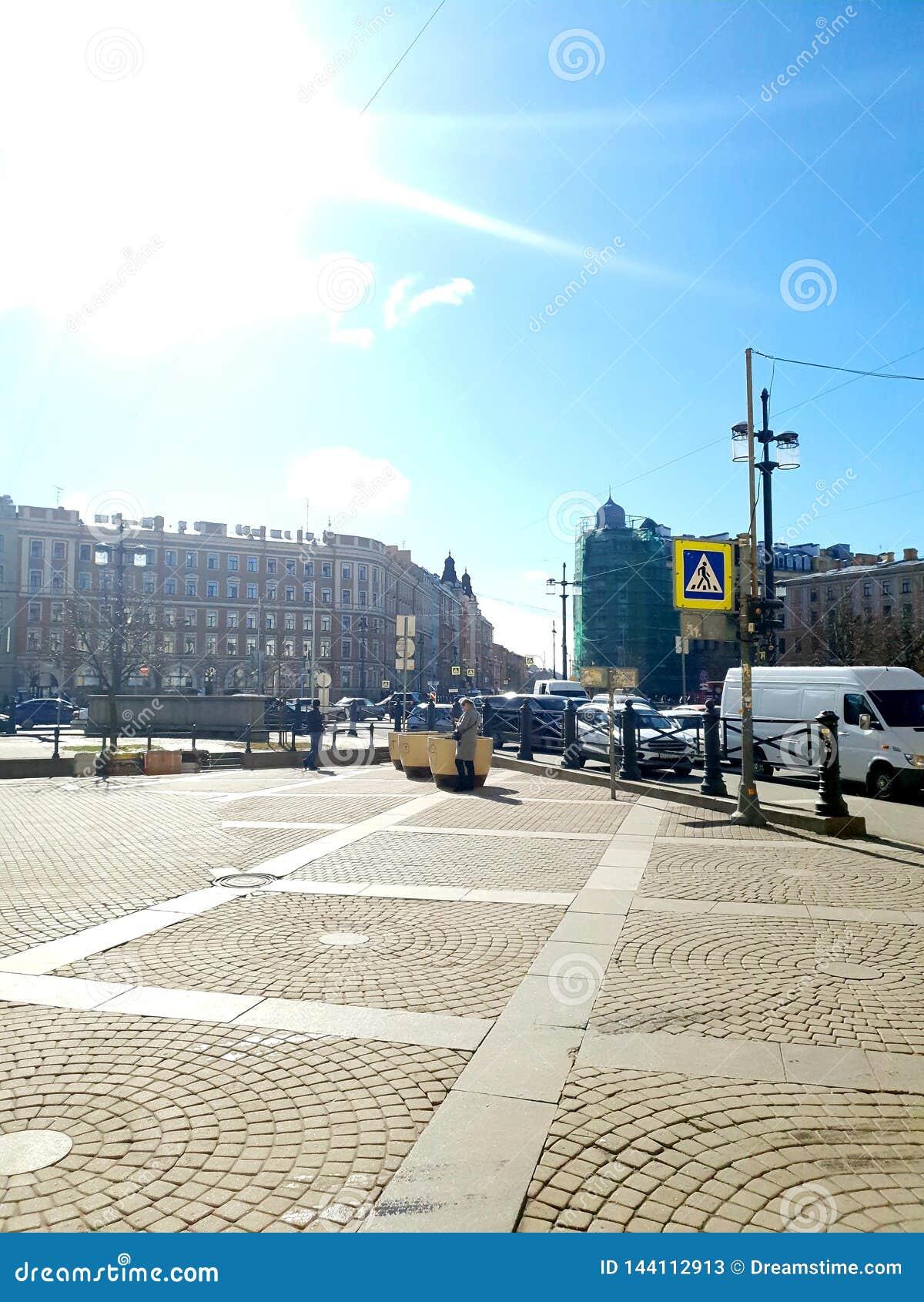 Perspectiva da rua e da Moscou do jardim na luz do sol St Petersburg