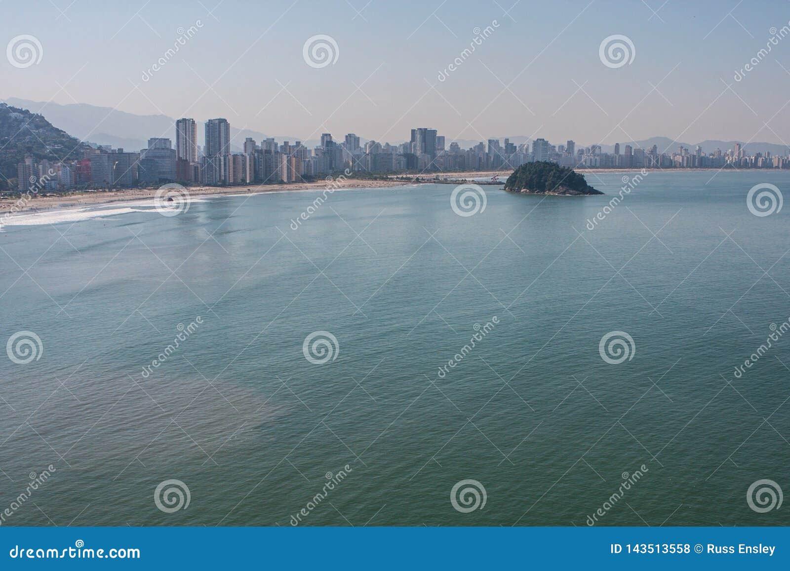 A perspectiva elevada mostra construções altas da elevação ao longo do litoral brasileiro