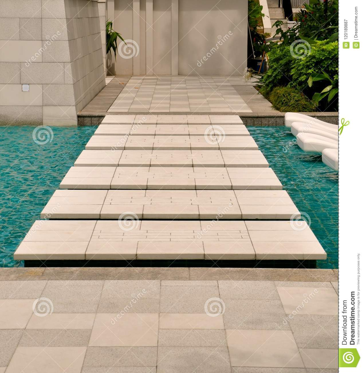 Pathway of large stepping stones