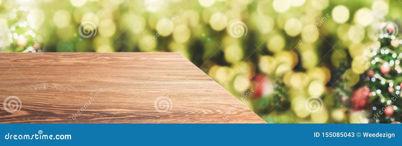 Perspektywiczny drewno stół z plamy choinką dekoruje sznurka tła zieleni bokeh lekkiego światło Panoramiczny drewniany countertop