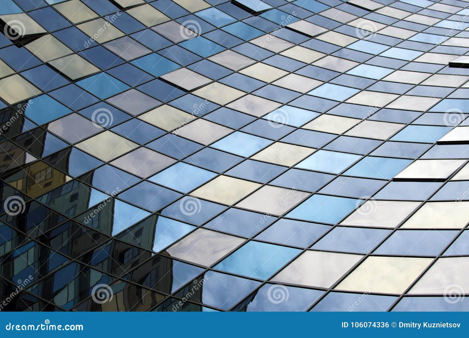 Perspektywiczny widok nowożytna szklana budynek fasada z odbiciami na okno Architektoniczny wzór