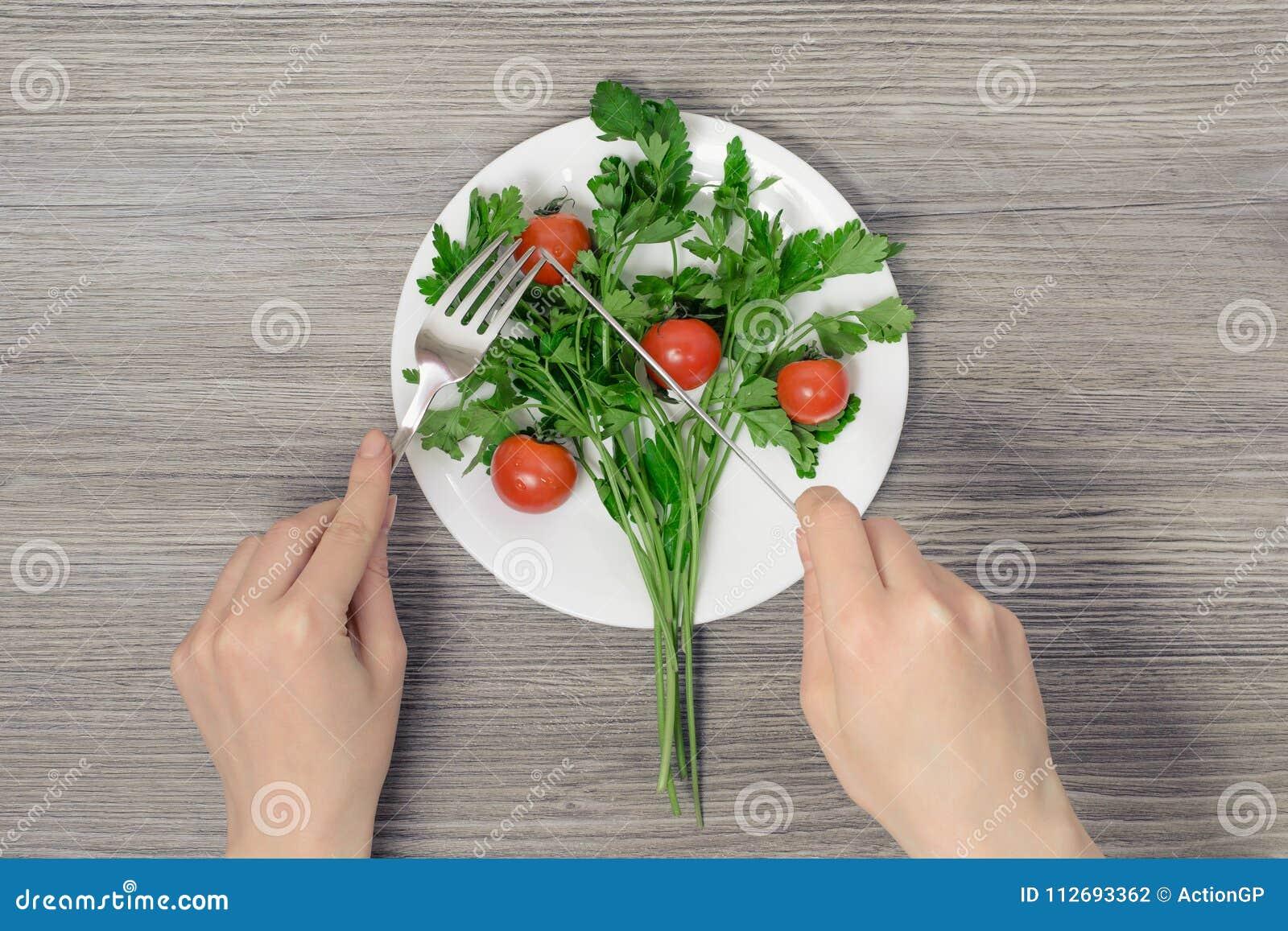 Perte de poids suivant un régime amincissant le concept végétarien de personnes de personne de vegan en bonne santé de consommati