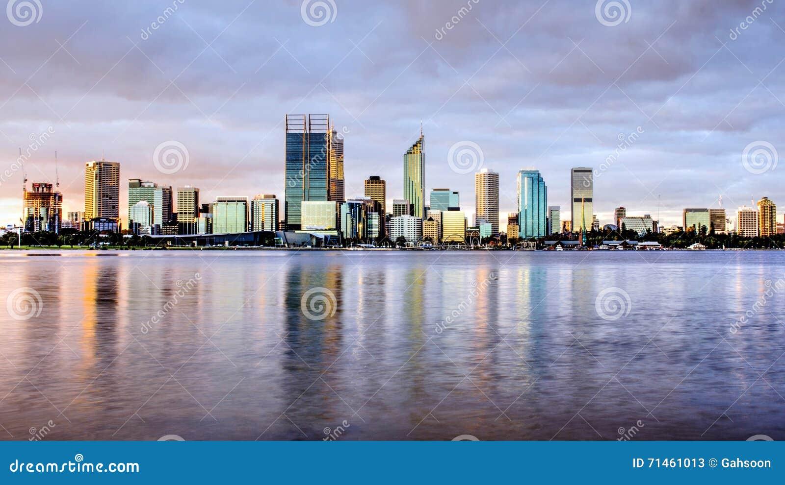 Perth stadshorisont i afton, med svanfloden som förgrund