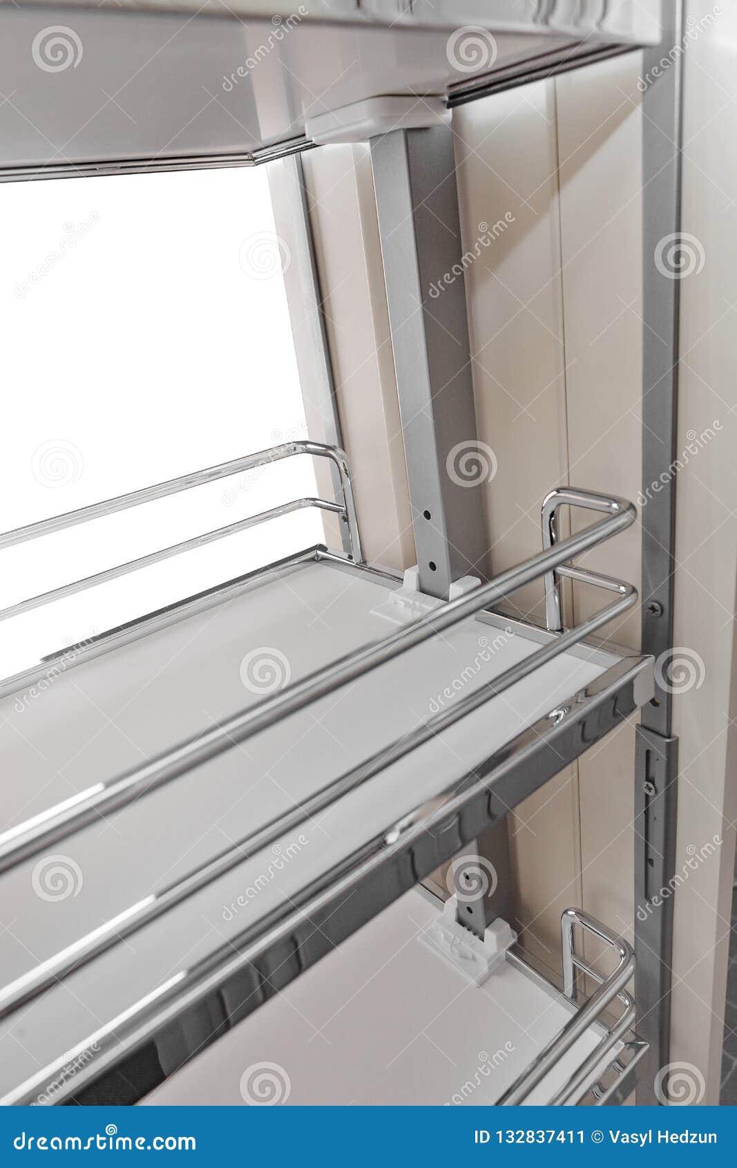 Perto acima em casa interior Cozinha - porta aberta com a prateleira da mobília do cromo Madeira e Chrome materiais, projeto mode