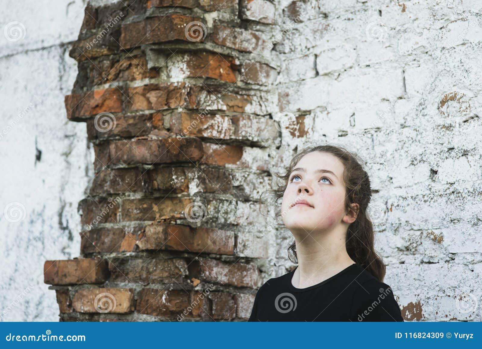 Perto da parede arruinada