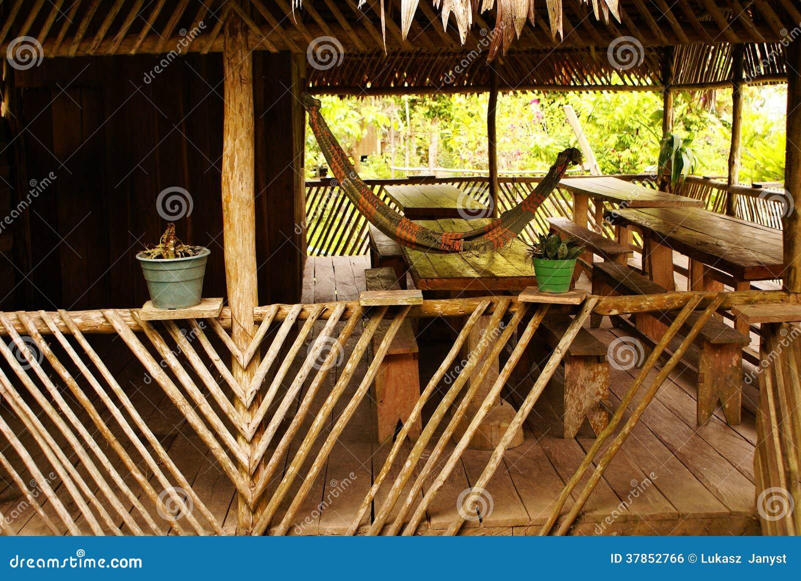 Peru, paisagem peruana de Amazonas. O pagamento indiano típico dos tribos do presente da foto nas Amazonas
