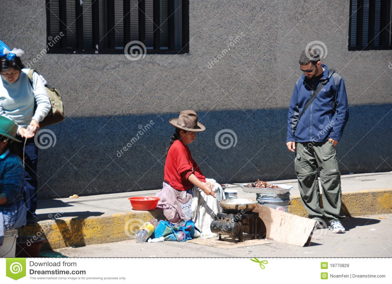 Peruanische Frau der Armut und ein Tourist