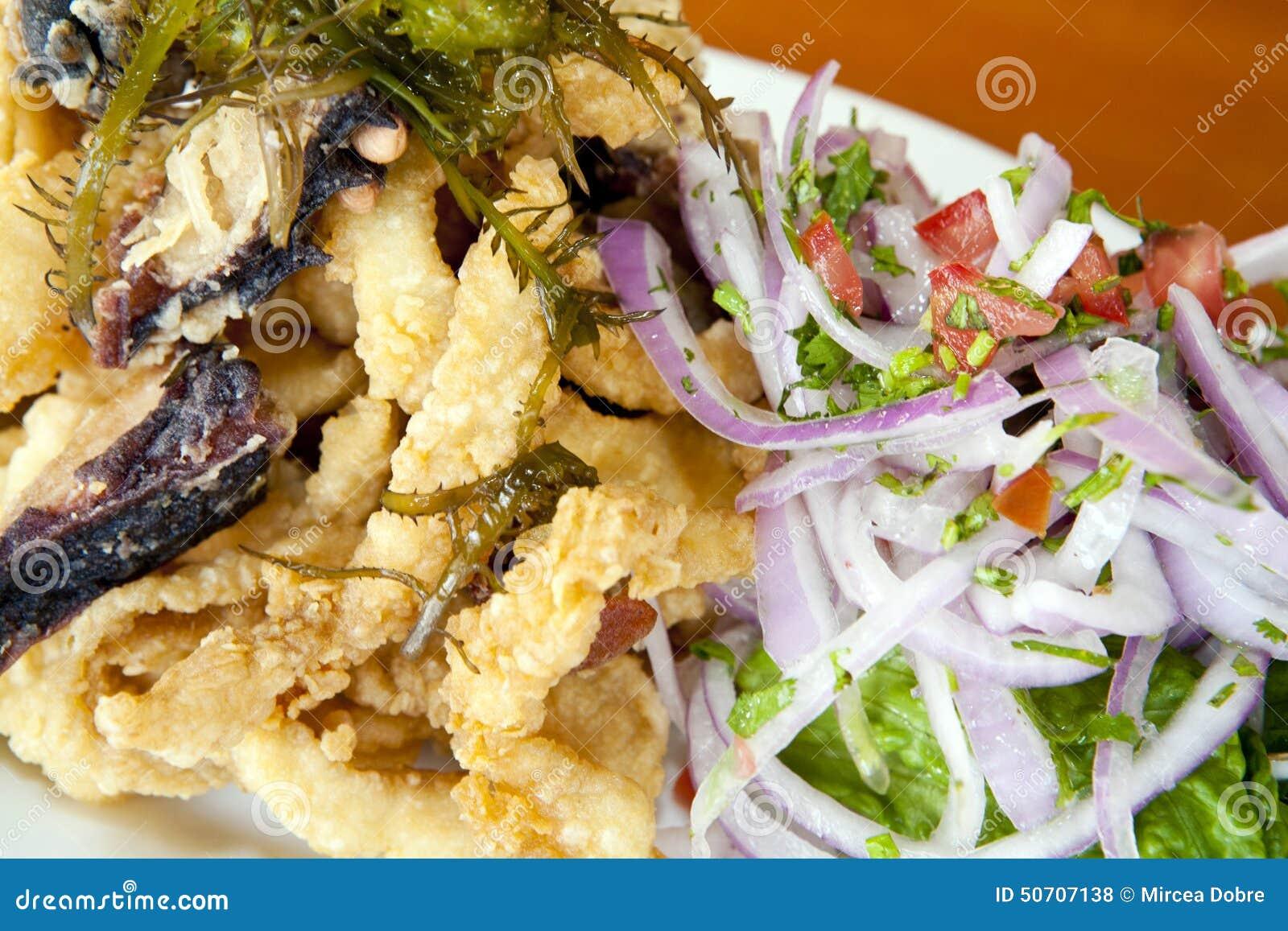 Peruanisches Lebensmittel: gebratene Fische (chicharron) kombiniert mit Meeresfrüchten