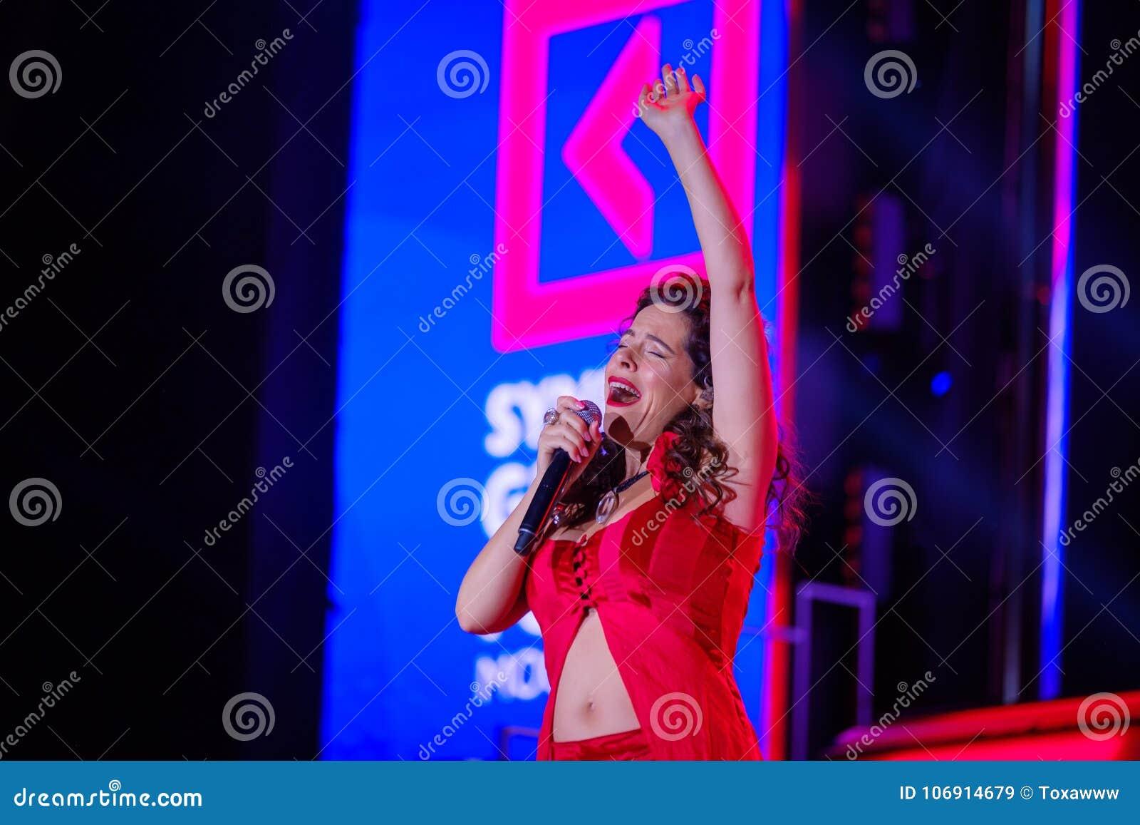 Peruquois Australijski piosenkarz wykonuje przy synergiego Globalnym forum