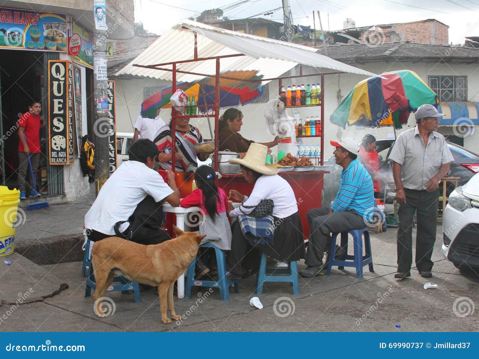 Peruviani che mangiano a Fried Chicken Kiosk