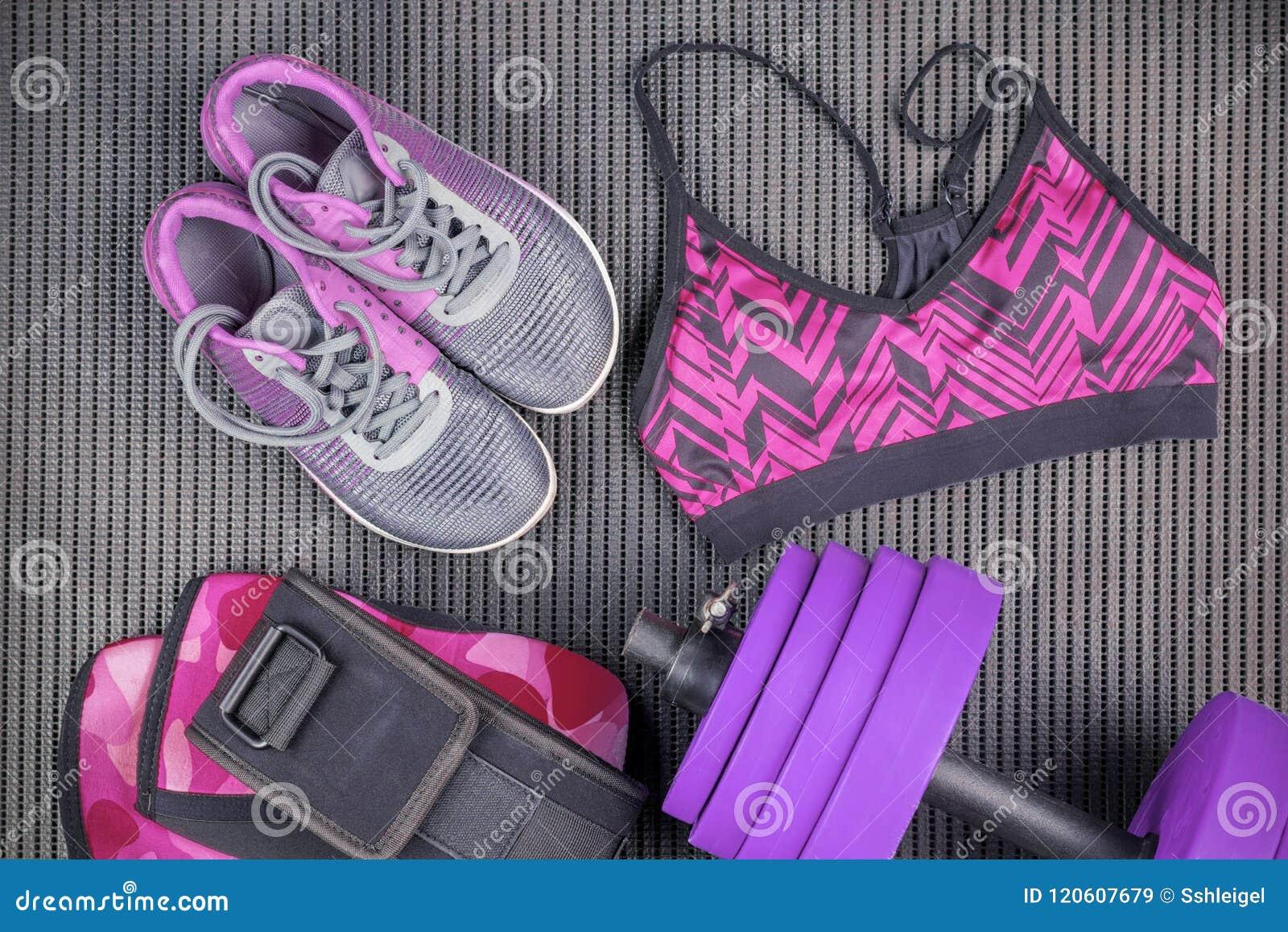 Pesa de gimnasia púrpura, sujetador y zapatilla de deporte, equipos de deporte, artículos de la aptitud, visión superior del depo