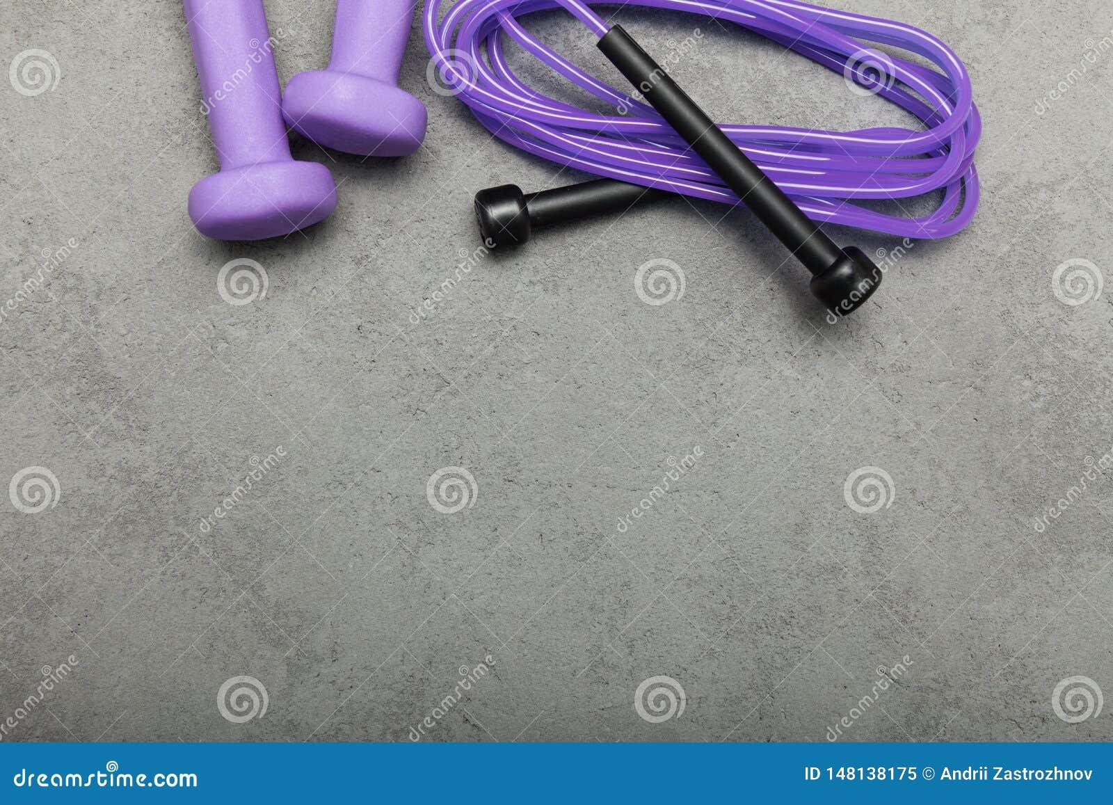 Pesa de gimnasia y cuerda en un fondo concreto Copie el espacio para el texto