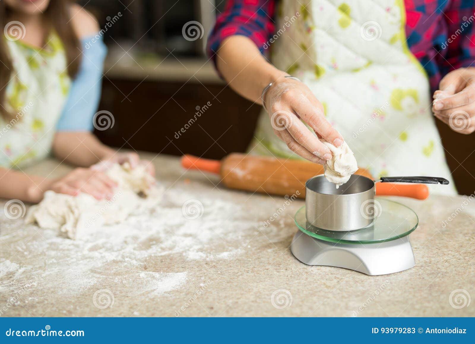 Pesaje de la pasta en una escala