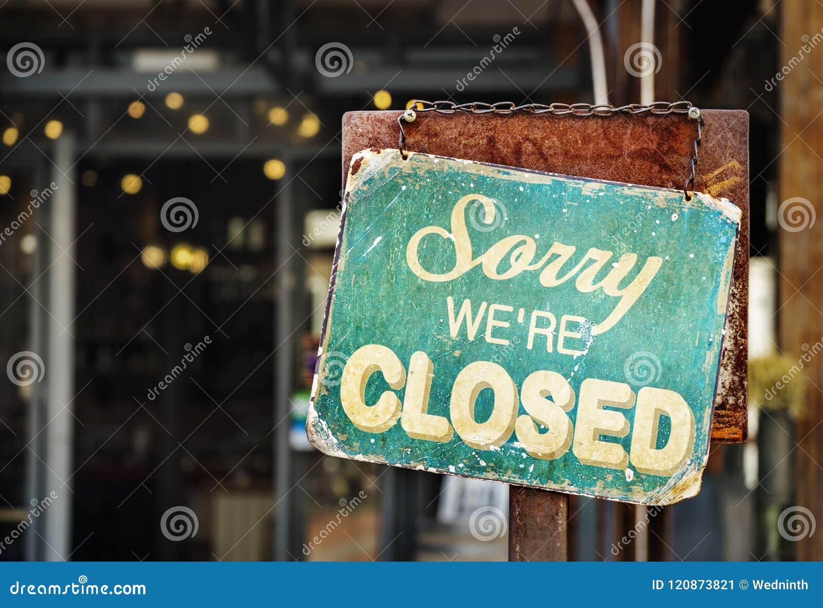 Pesaroso nós somos o sinal fechado que pendura fora de um restaurante, loja, de