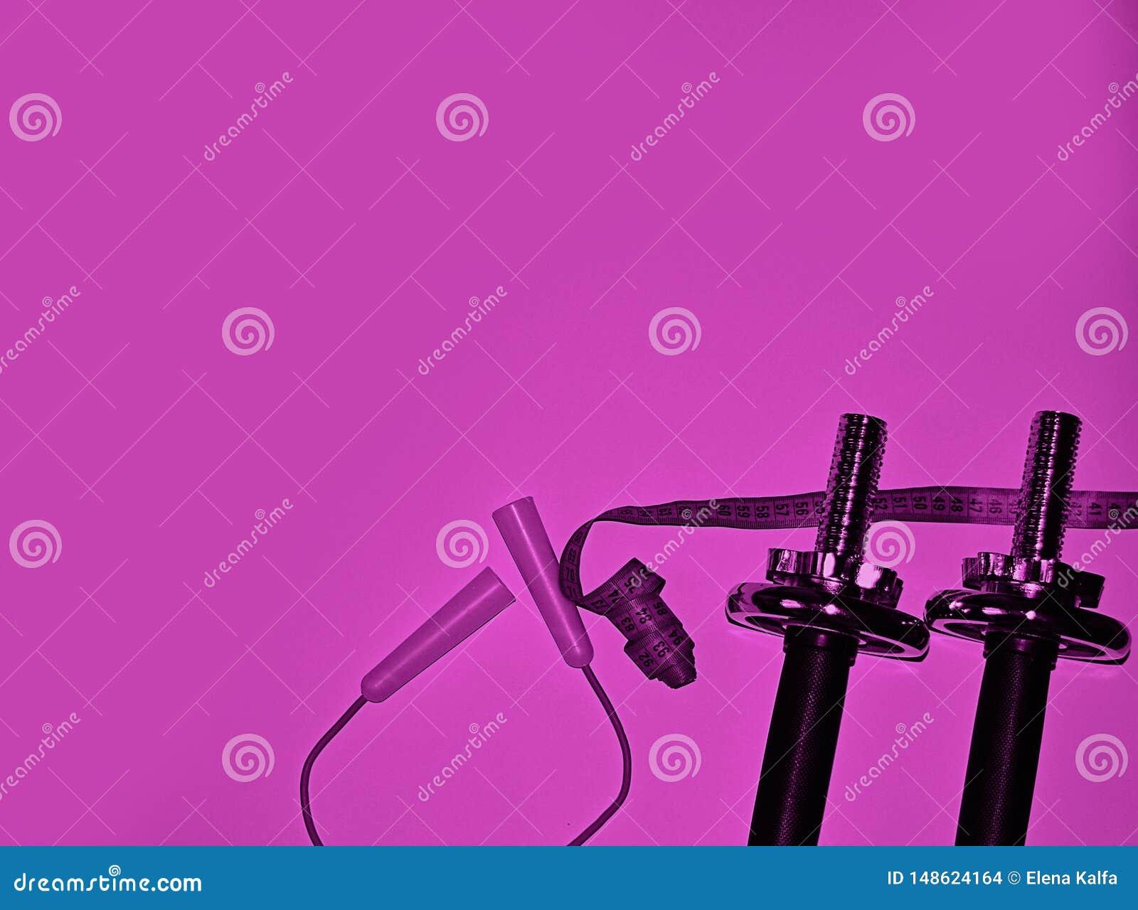 Pesas de gimnasia del hierro, comba, neón de la cinta métrica, concepto púrpura de la aptitud del color Equipo de deportes para e