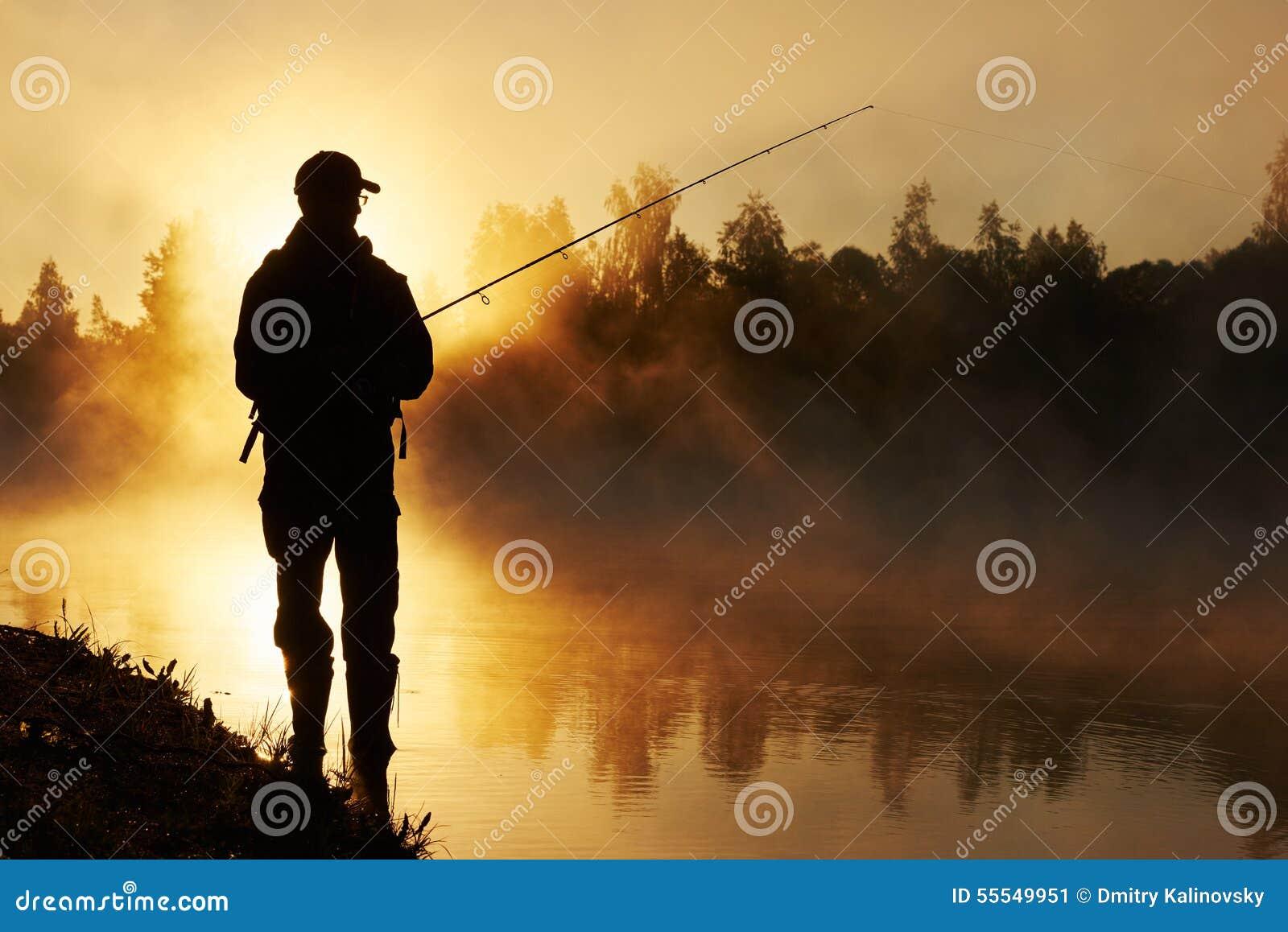 Pesca de Fisher no nascer do sol nevoento