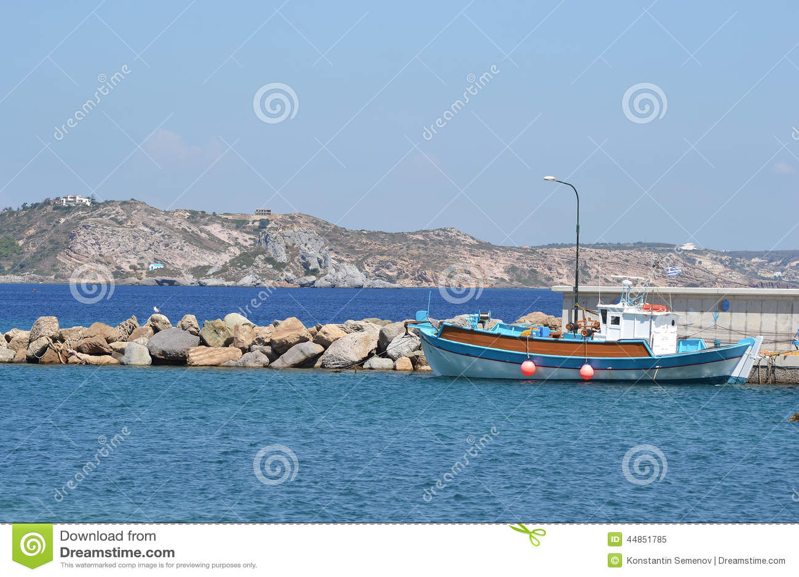Pesca de la nave en el embarcadero
