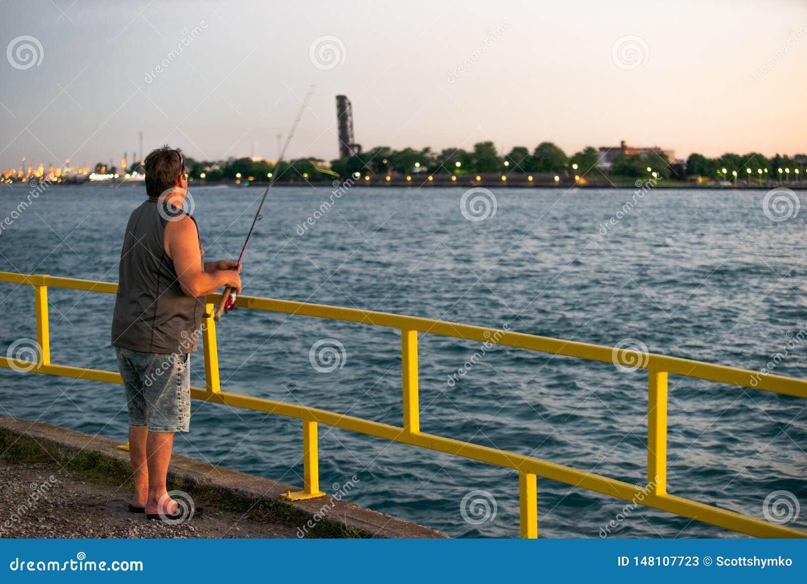 Pesca de la puesta del sol de un embarcadero