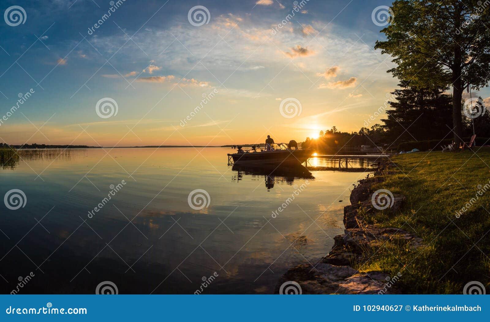 Pesca de la salida del sol de la mañana en la cabaña en Ontario