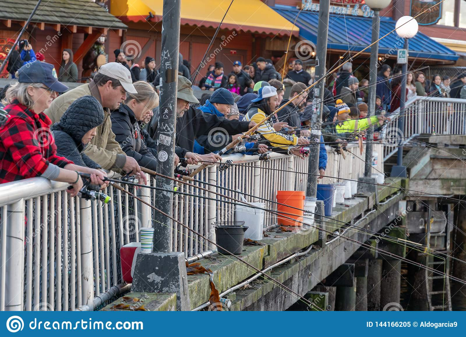 Pesca del embarcadero en la costa de Seattle