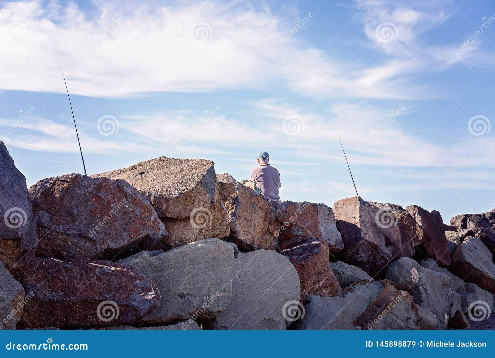 Pesca del jubilado de rocas del rompeolas