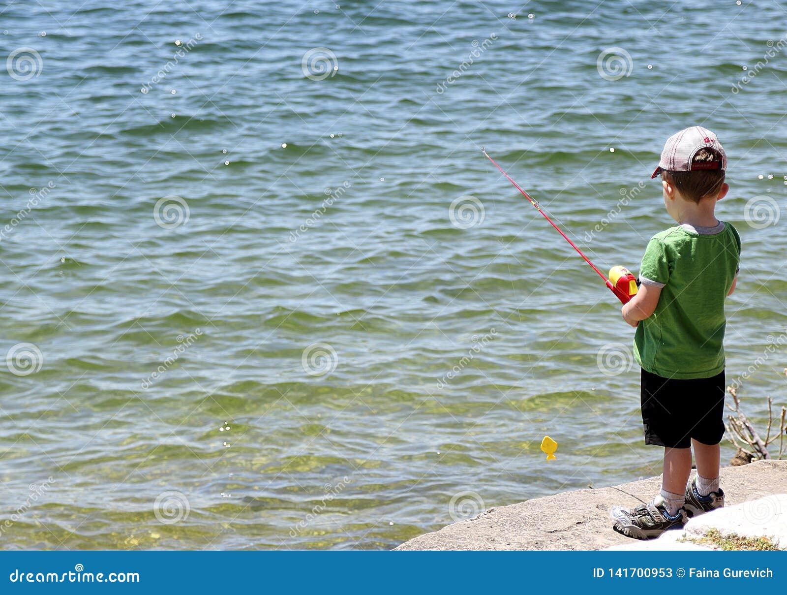 Pesca del ragazzino nel bacino idrico vicino ad Austin
