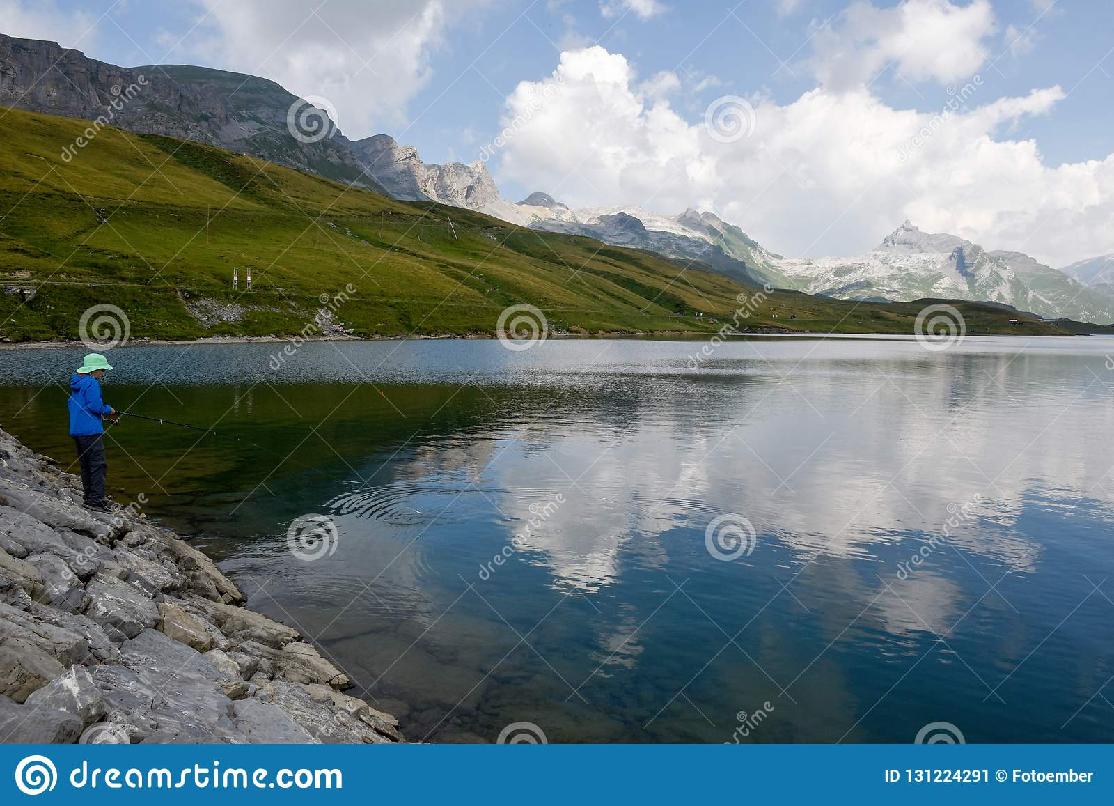 Pesca del ragazzo nel lago Tannensee sulle alpi svizzere
