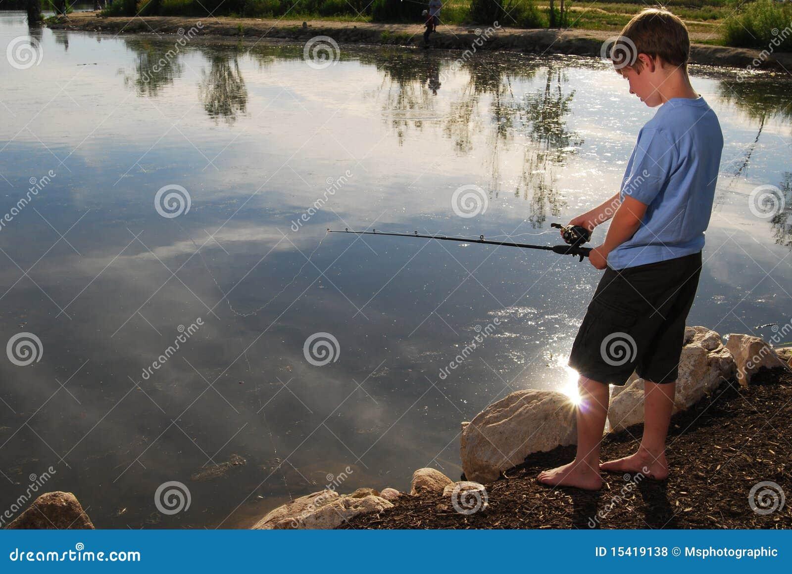 Pesca del ragazzo in un lago