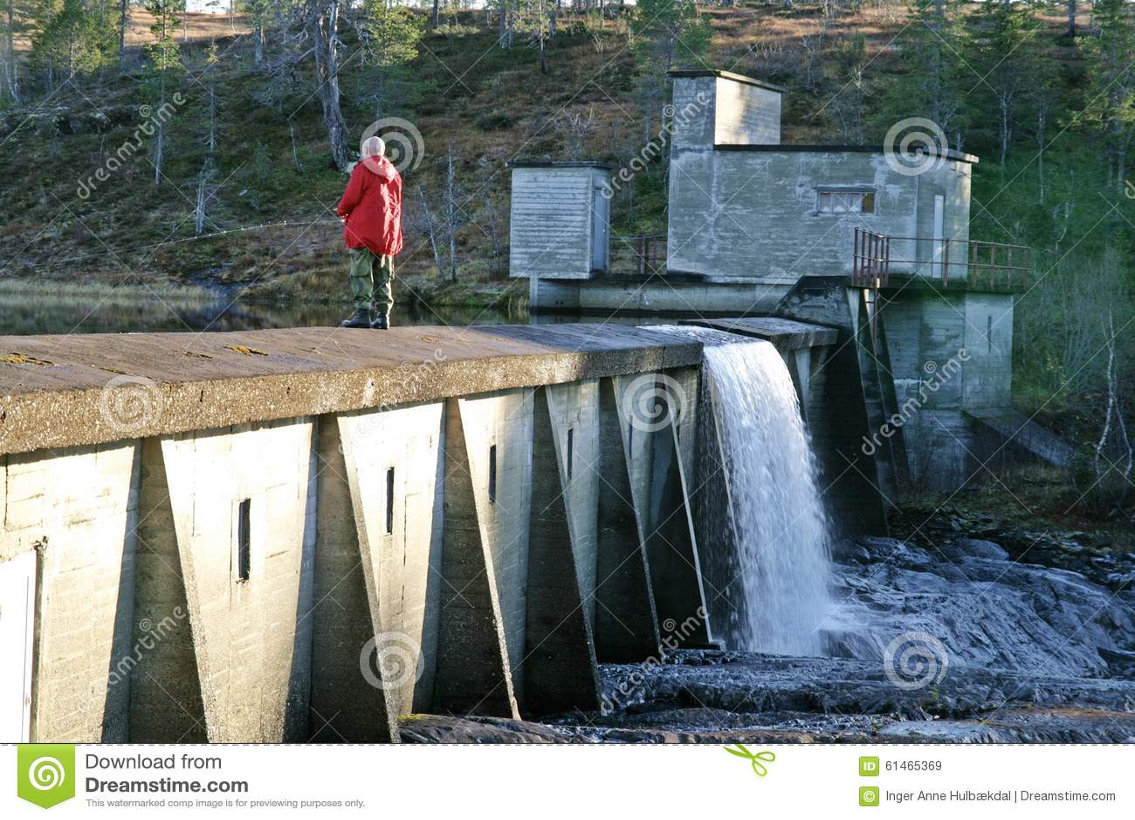 Pesca dell uomo su una diga