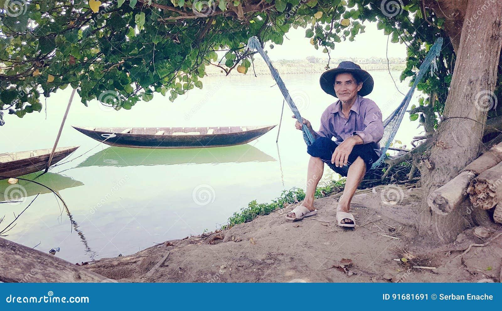 Pesca dell uomo vicino a Hoi An, Vietnam