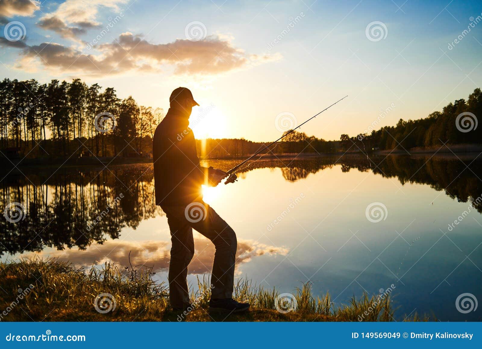 Pesca do por do sol fisher com haste de gerencio