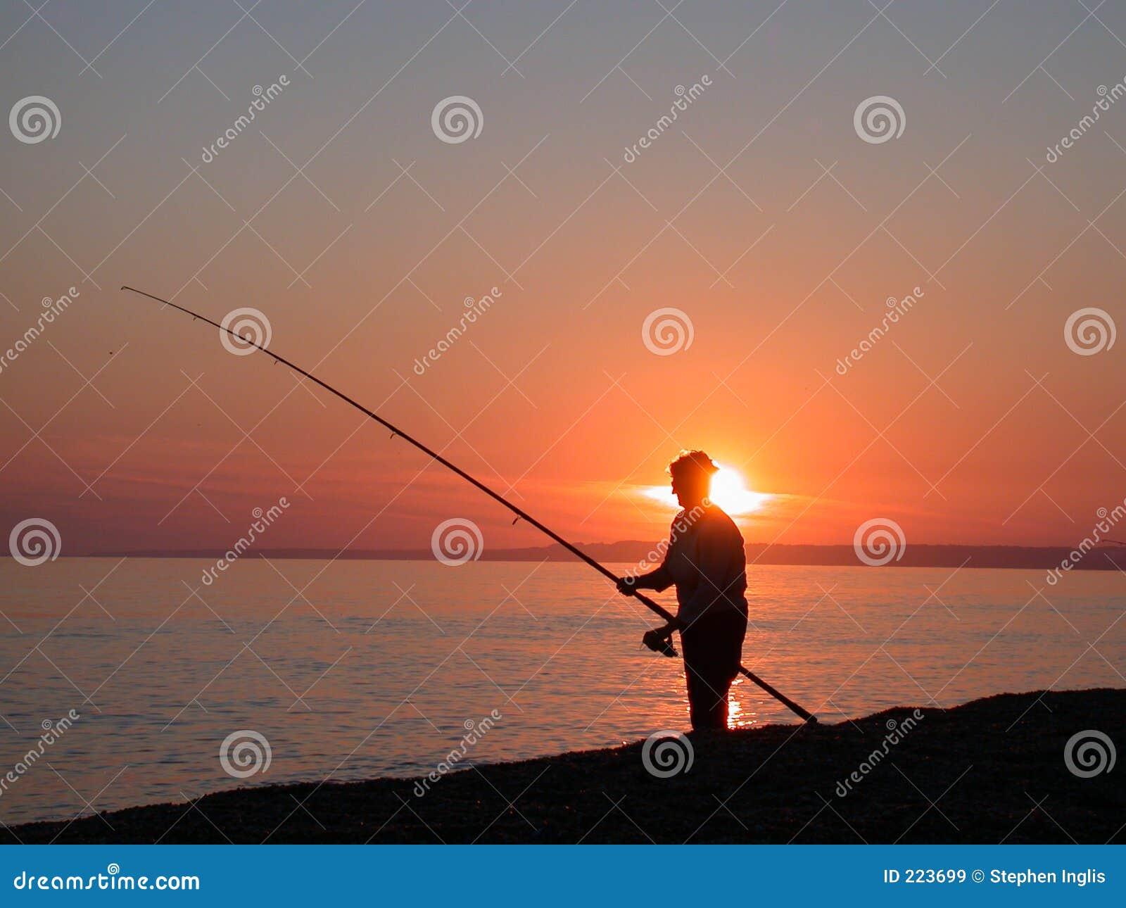 Pesca en mar en la oscuridad