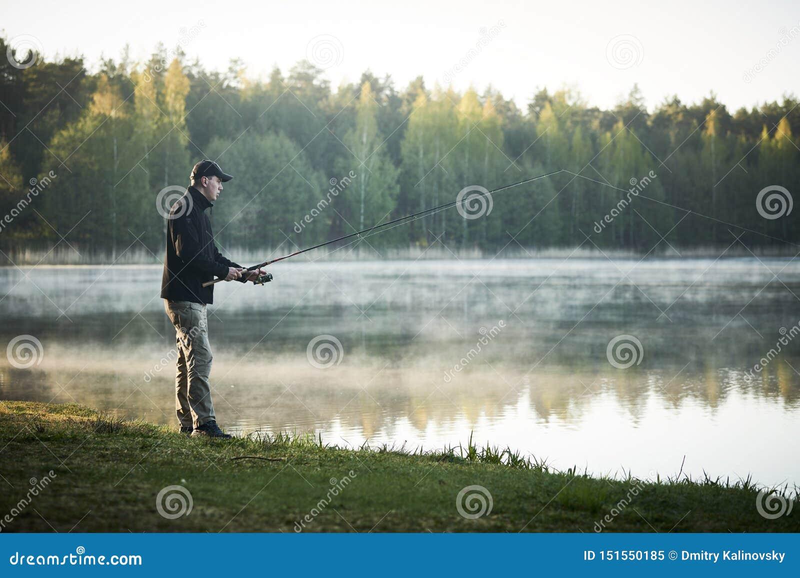 Pesca fisher com amanhecer da haste de gerencio