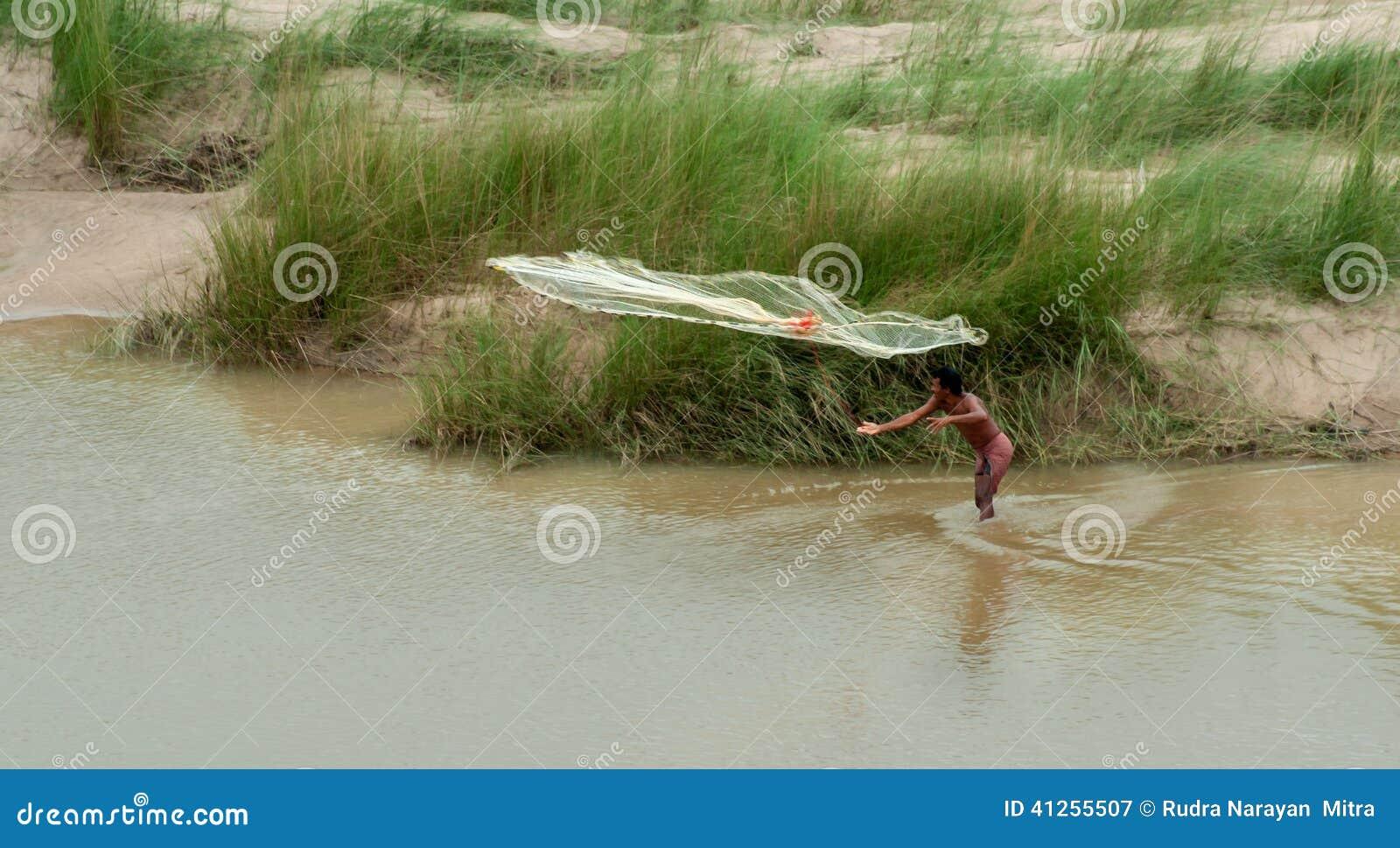 Pesca indiana del pescatore sul fiume fotografia for Cabine sul bordo del fiume