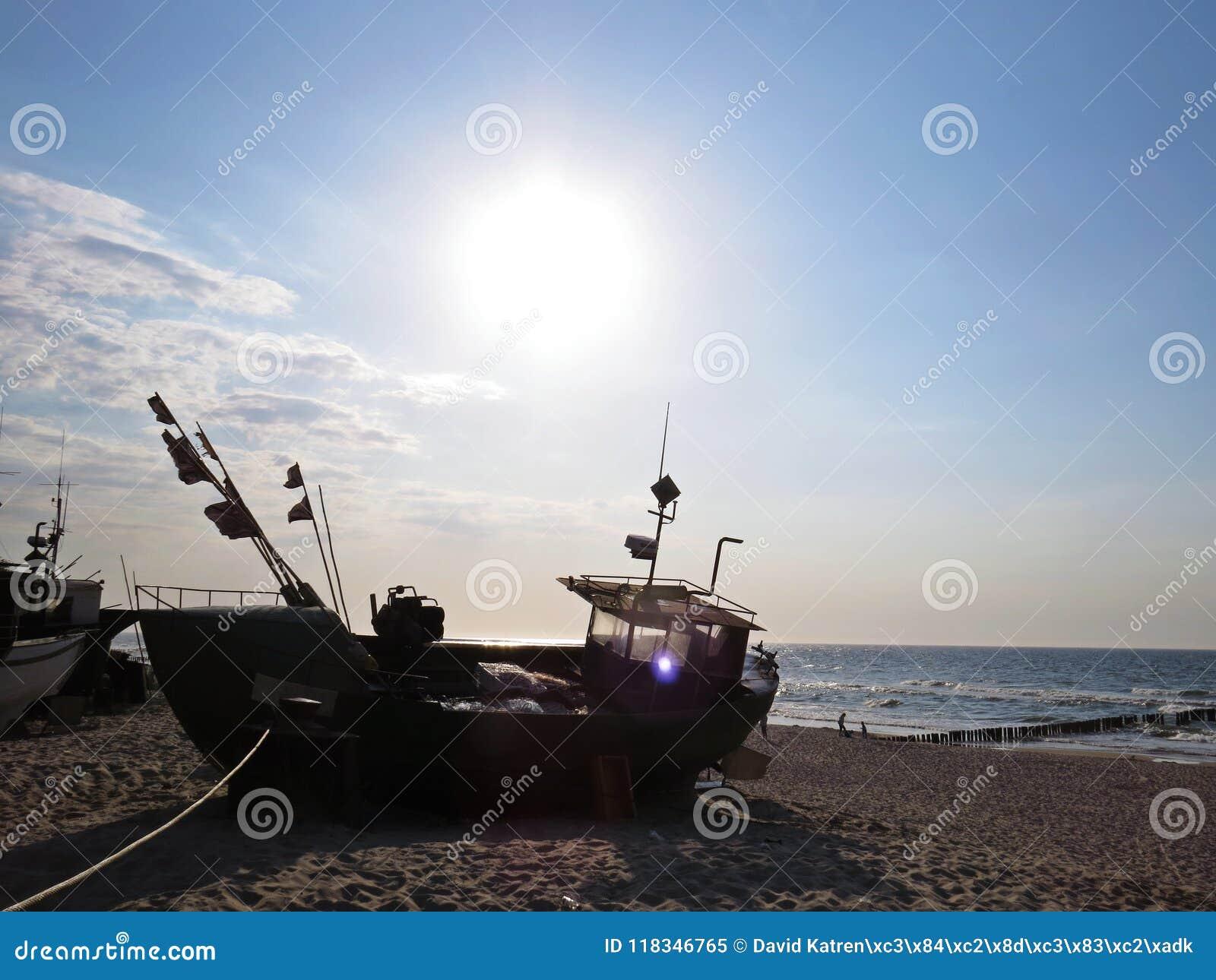 Pescador Boat em Sandy Beach Seaside em Sun
